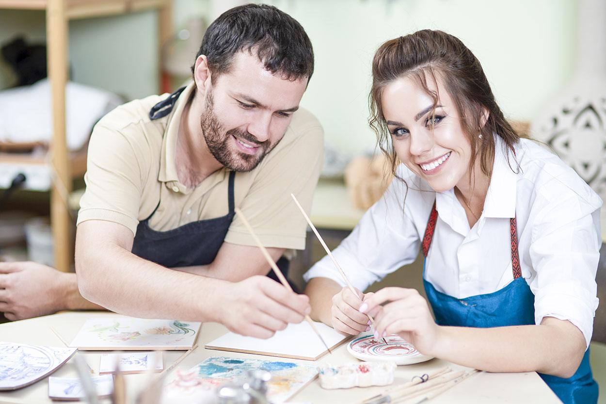 Paar beim Keramikmalen, Keramik bemalen Eigenlob