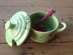 Bemalte Zuckerdose mit Löffel, Keramik bemalen Eigenlob