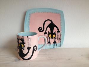 Bemalter Henkelbecher und quadratischer Teller, Keramik bemalen Eigenlob