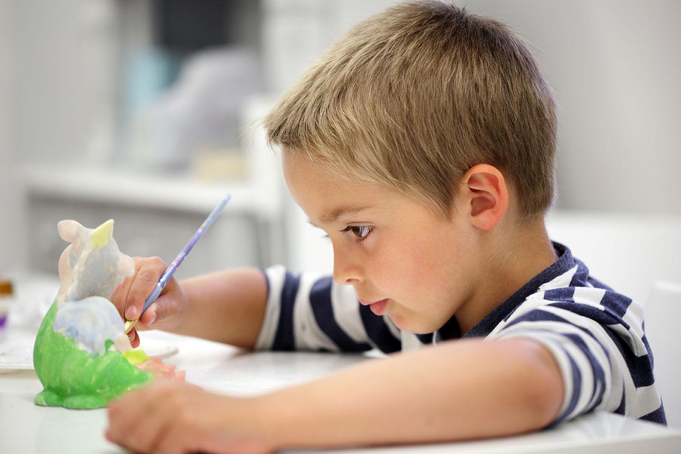 Kind beim Keramikmalen im Keramikmalstudio Eigenlob